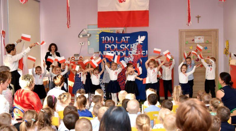 Patriotyczne przedstawienie z okazji Święta Niepodległości w Publicznym Przedszkolu w Krokowej.